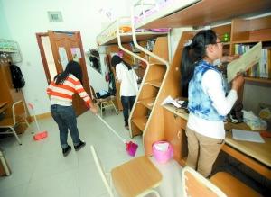 女大学生创业专为同学扫寝室一次收费20元