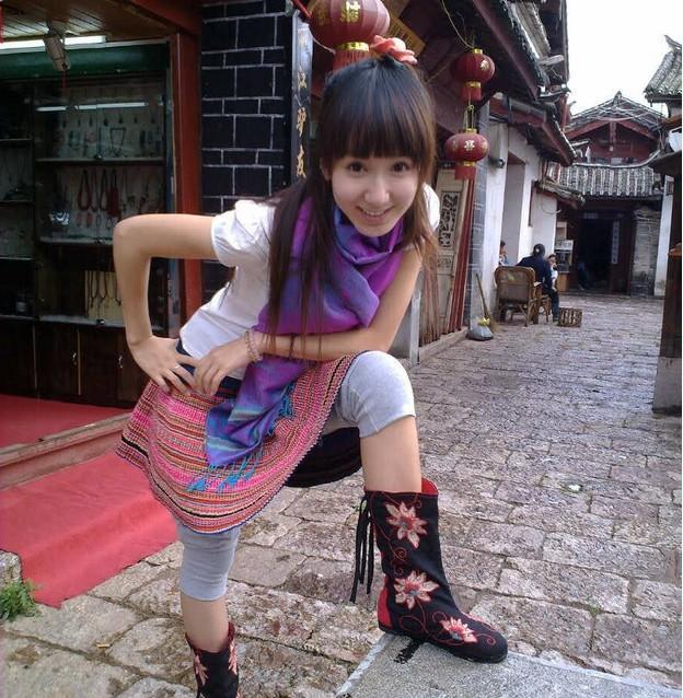 """娄艺潇,中国内地女演员,毕业于上海戏剧学院06级表演系音乐剧班,师从上海戏剧学院糜曾、洪彬、杨佳老师。娄艺潇兴趣爱好广泛,是一个多才多艺的女孩,除了在表演上张力十足外,对音乐、舞蹈等才艺也十分拿手,还曾经是第五届全国推新人大奖赛全国十佳歌手。因在电视剧《爱情公寓》中出色的表演而深受观众喜爱。 生活中的娄艺潇其实是一个十分文静的女孩子,但到了剧中,可以马上化身成为泼辣的""""胡一菲"""",与本人反差极大。她对此也有自己的心得,因为长期在话剧舞台上表演,所以就已经具备了一个专业演员应有的素质,"""
