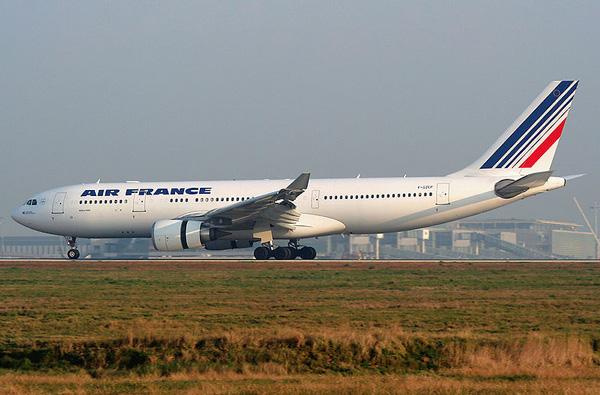 【以史为鉴:法国航空447空难纪实】2009年6月1日,由巴西里约热内卢飞往法国巴黎,一架载有216名乘客以及12名机组人员的空中客车在大西洋坠毁,机上人员全数罹难,为法国航空成立以来伤亡最惨重的空难。空难发生后找到第一片残骸是一周后,找到黑匣子是两年后,调查报告出炉是四年后。视频为《国家地理》为法航447空难制作的纪录片! 视频地址:消失的法国航空447号班机 空难的成因是因为冰堵塞了飞机的皮氏管,令其产生不正确的空速读数,不正确的电脑控制,和机组人员直至为时已晚时才采取行动。  2009年神秘消失的法