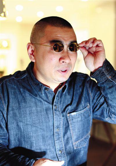 维权打假20年,每次出现在媒体镜头前的王海,总是戴副墨镜。新京报记者