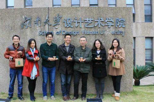 刘松(左四)与团队成员在湖南大学设计艺术学院门前合影.刘松供图