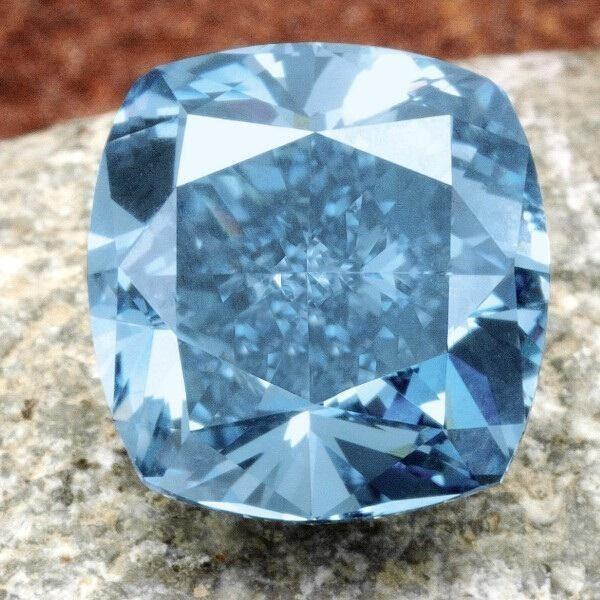 创业人物刘銮雄以7400万港币拍下7克拉彩蓝钻石