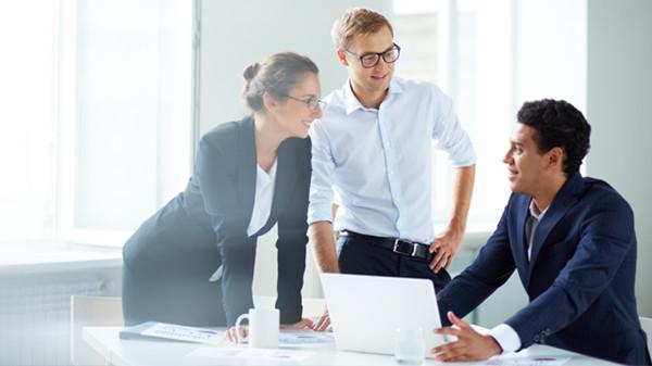 一个靠谱的人,才是你值得珍惜的人,值得用时光陪着一起做事情的人。跟靠谱的人合作干的是事业,跟聪明的人只能空闲时才可以坐在一起聊聊天。  很长一段时间,由于销售的压力,我们一直在努力找寻优秀的客户、优秀的业务;选择那些聪明的人,有头脑的人,愿意挣钱的人去合作。但经过了大起大落的跌荡起伏之后,心沉淀下来,道理也清楚了很多,一个靠谱的人,才是你值得珍惜的人,值得用时光陪着一起做事情的人。 跟靠谱的人合作干的是事业,跟聪明的人只能空闲时才可以坐在一起聊聊天。 找一个会说话的人,讲了一大堆理论的人,弄了一个大饼给你