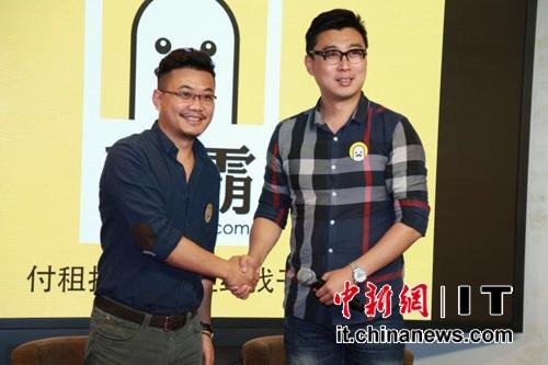 艾拉丁联合创始人coo金健博(右)与拉勾网VP文双(左)代表双方签署战略合作协议