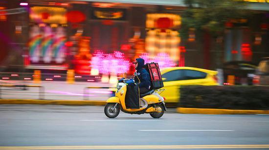 每天,美团、百度糯米、饿了么等地推员和配送员们,穿梭在城市的每个毛细血管里。