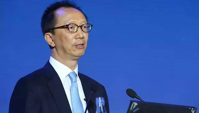 放弃2000万年薪从政,一怒之下给香港赚了30000亿成为财神爷