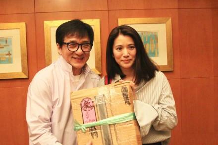 袁咏仪跟成龙曾于1995年拍电影《霹雳火》,此后两人再没合作.