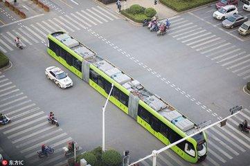 中国智轨列车运行 令前来尝鲜的海内外专家惊叹不已