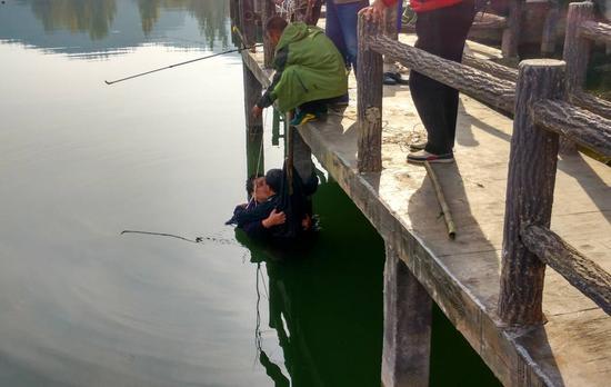 老父水中托举儿子 钓鱼市民与民警合力救助两父子