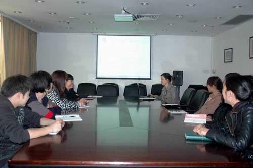 公司新员工在会议室接受培训
