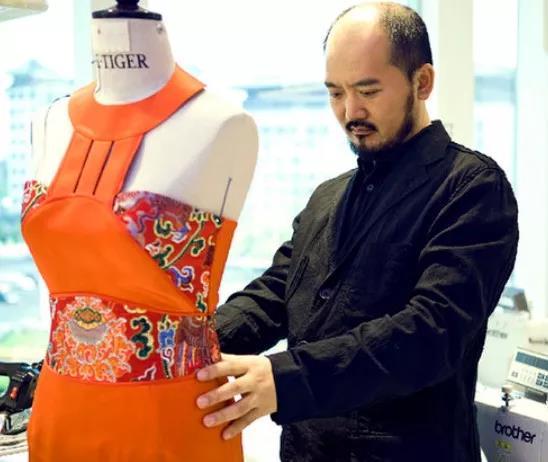 白手起家 用30年把中国历史写在衣服上