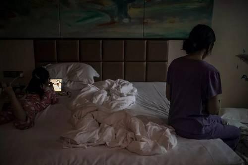 """""""爆雷""""后,李霞带着女儿来到杭州,本来正在旅游的他们发生意外,生活轨迹发生变化。"""