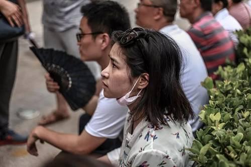 杭州人民小学里,焦虑等待说法的人。