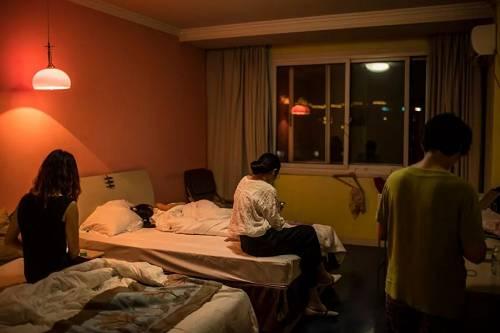 难友抱团维权,为节约成本他们多人合住。最高时一个房间住着9个人,分摊每人几十元的房费,只希望能等到最好的消息。