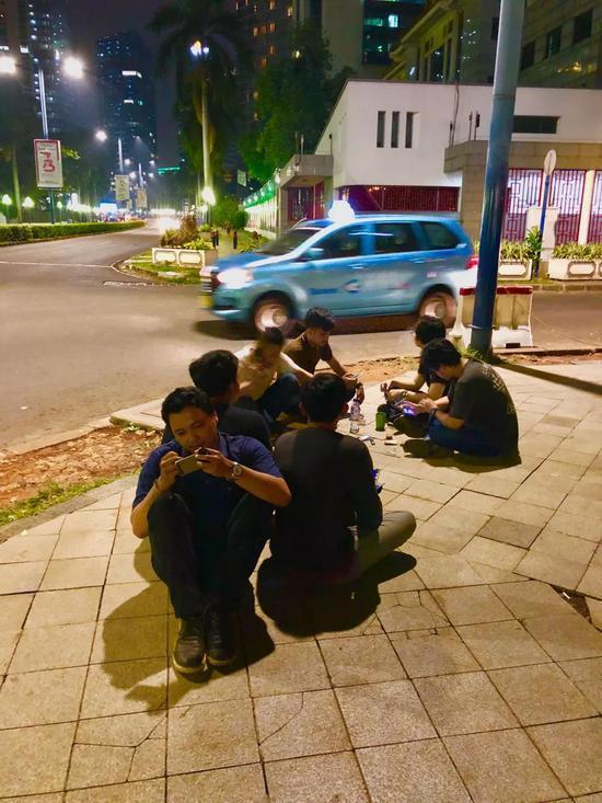 """印尼雅加达街头在打""""王者荣耀""""的年轻人"""