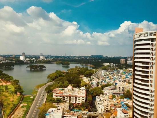 印度班加罗尔豪华公寓与贫民窟
