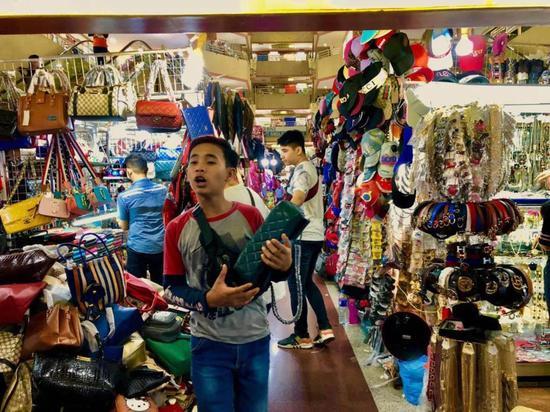 印尼雅加达叫卖少年