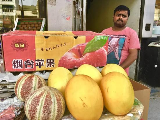 印度孟买街头卖烟台苹果的小贩