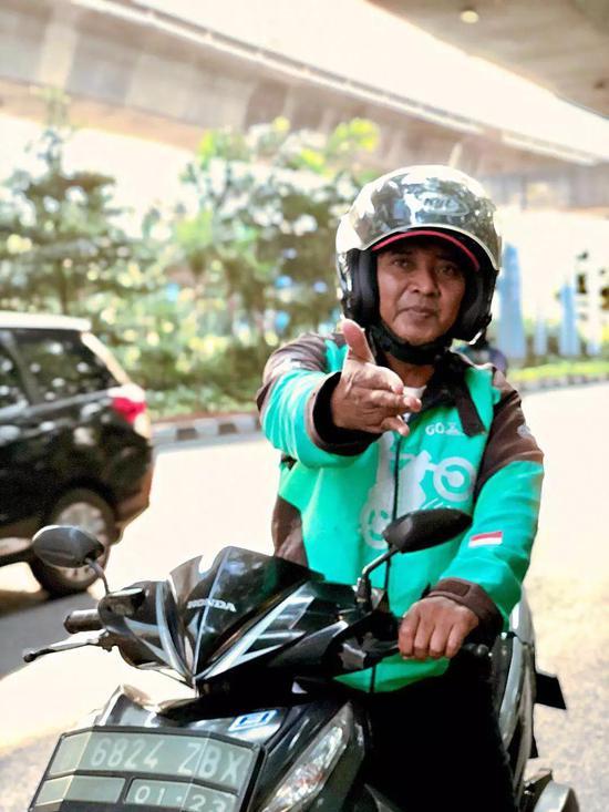 印尼雅加达摆pose的Go-Jerk司机