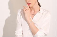 佩带精美的慕珀饰品 完美释放女性魅力