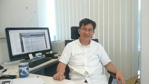 李泽湘在办公室